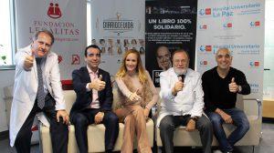 representantes de Legálitas y de la Fundación Sandra Ibarra, entre otros, saludan con el pulgar hacia arriba el día del acto