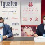 representantes de ONCE y Legálitas firman el acuerdo de colaboración