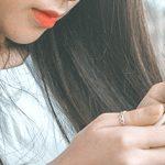chica joven navega en su teléfono móvil. La fundación Legálitas trabaja para proteger a los jóvenes en Internet.